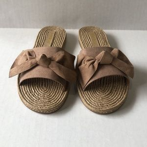 NWOB - Bamboo suede bow sandals